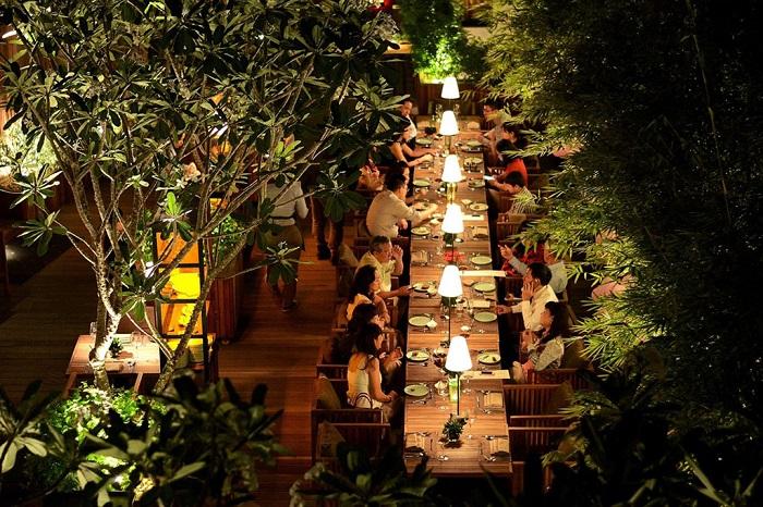 he Log là nhà hàng ngoài trời có cả khu vườn lãng mạn