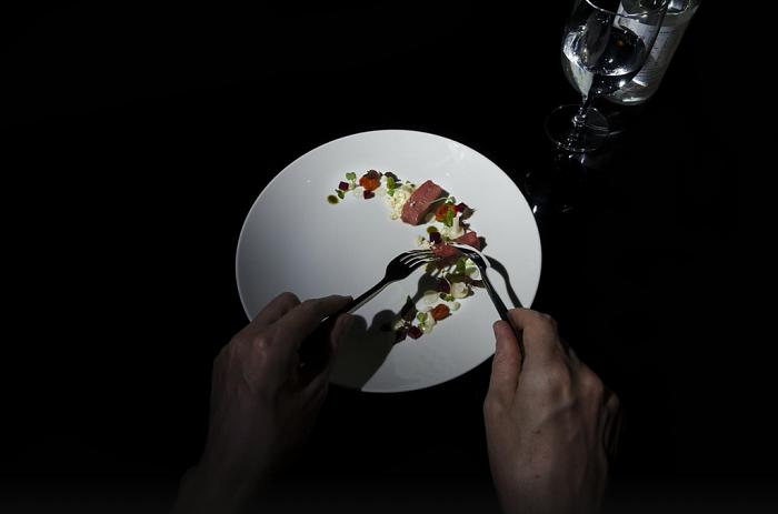 Món ăn ở Noir được bày trí rất cao cấp, chỉ mỗi tội bạn không nhìn thấy thôi