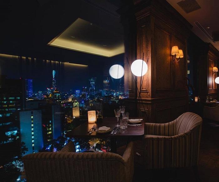 Bữa tối dành cho hai người với thức ăn ngon, cảnh đẹp mê ly