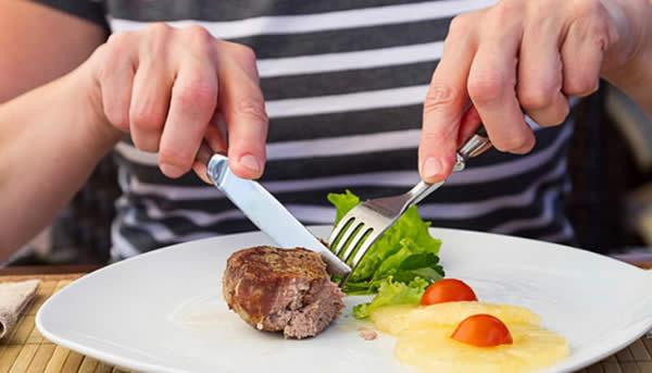 Cách sử dụng dao và nĩa khi dùng bò bít tết