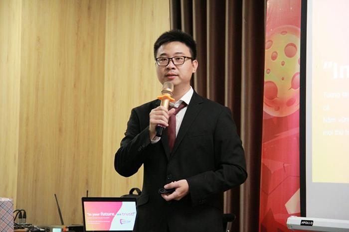 Anh Laevis Nguyễn trong buổi chia sẻ với nhân viên South Edge về văn hóa doanh nghiệp