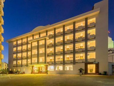 Palm Beach Hotel được xây theo kiến trúc hiện đại của châu Âu