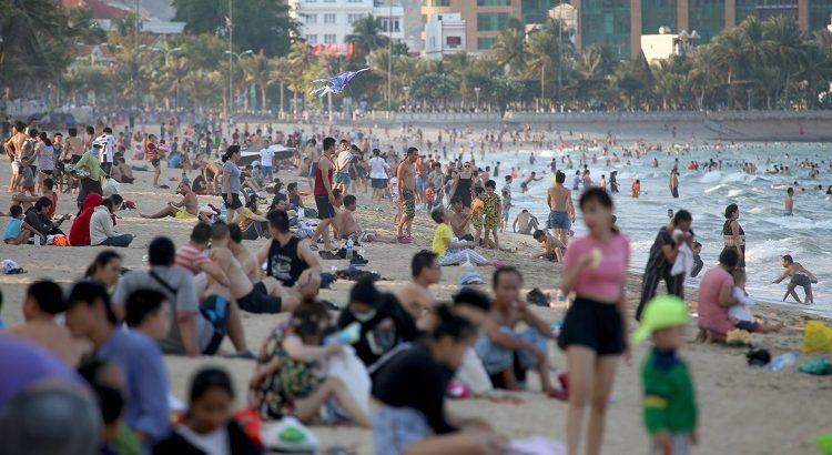Bãi biển Nha Trang đông nghịt người mùa cao điểm